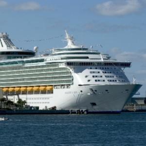 Navio da Royal Caribbean, empresa que oferece cruzeiros marítimos e foi condenada a indenizar passageira que teve reação alérgica por reparos de pintura realizados no navio