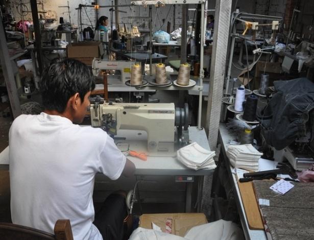 Fiscalização flagrou cinco bolivianos em condições de trabalho análogas à escravidão em uma oficina de costura que fabricava peças vendidas nas Lojas Americanas