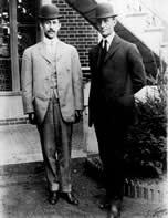 """Orville (à esq.) e Wilbur Wright rivalizam com Santos Dumont sobre quem seria o """"pai da aviação"""""""