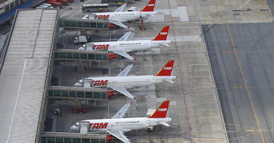 Aviões da TAM aguardam o embarque no aeroporto de Congonhas, em São Paulo