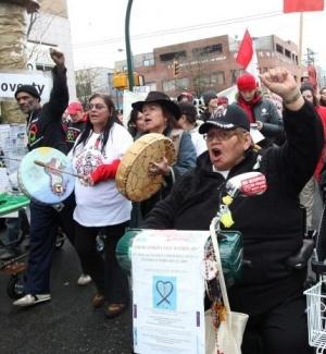 Manifestantes fazem marcha contra os Jogos Olímpicos de Inverno no centro de Vancouver, no Canadá