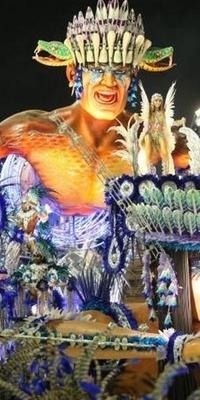 Carro alegórico da escola desfila no sambódromo carioca