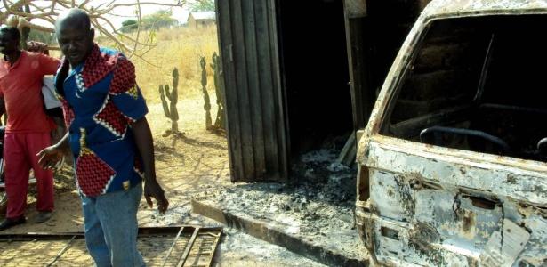 Moradores de Zot, a 10 km ao sul da capital Jos, veem os estragos causados pelo conflito