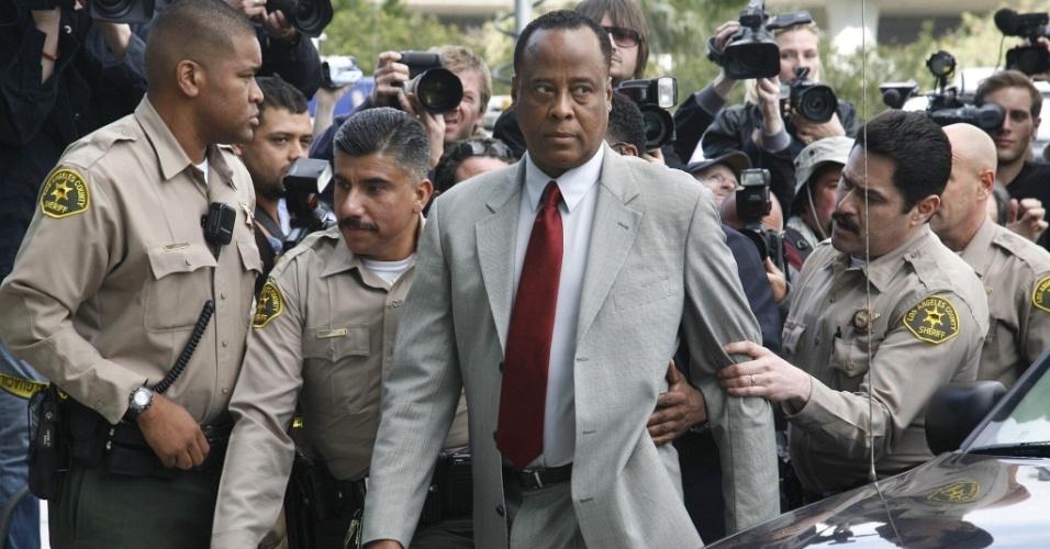 O médico do cantor Michael Jackson, Conrad Murray, chega a corte de Los Angeles, onde foi acusado formalmente de homicídio culposo pela morte do cantor