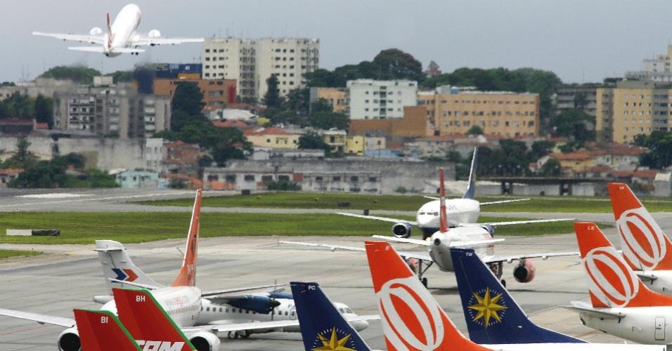 Aviões na pista do aeroporto de Congonhas, em São Paulo