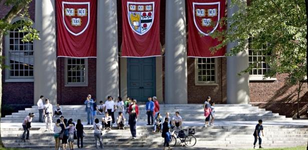 Fachada de um dos prédios do campus da Universidade Harvard, em Cambridge, Massachusetts, nos Estados Unidos