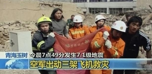 Equipes de resgate trabalham no resgate de vítimas sob os escombros de prédio na província de Qinghai, na China, região atingida por tremor de magnitude 7,1 na escala Richter