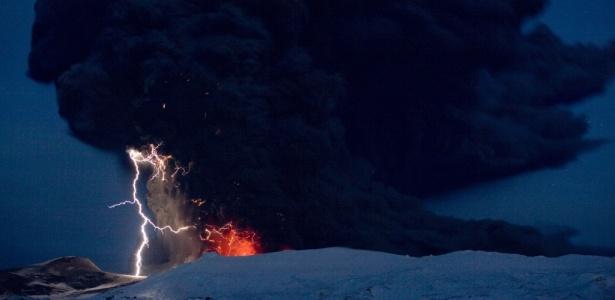 Raios entre a nuvem de cinza vulcânica e lava saindo da cratera do vulcão de Eyjafjallajokull, na Islândia