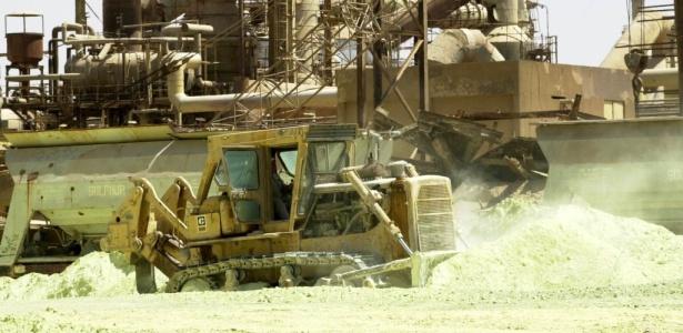 Máquina move minérios com fosfato em   complexo de produção de fertilizantes no Iraque
