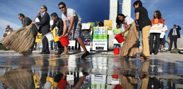 Manifestantes lavam o  Congresso Nacional para pressionar pela aprovação do projeto ficha  limpa