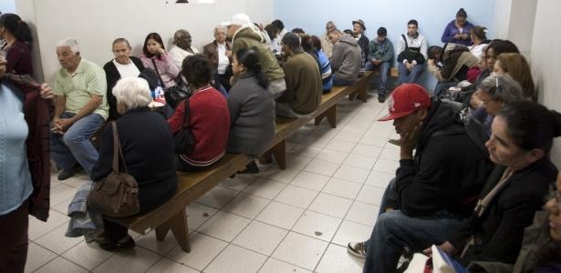 Fila de espera por Raio-x na Santa Casa de Santo Amaro (SP), unidade que atende pelo SUS