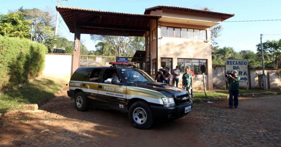 Policiais na entrada do sítio do goleiro Bruno em Esmeraldas (MG)