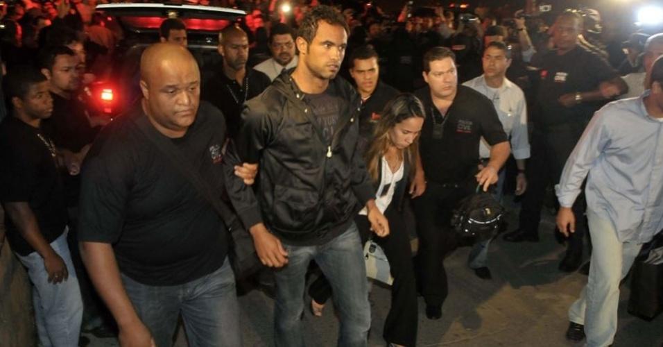 O goleiro Bruno chega ao Departamento de Investigações de Belo Horizonte aos gritos de