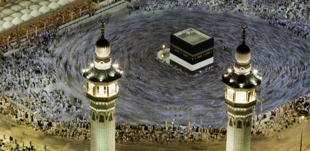 Muçulmanos em peregrinação a Meca, na Arábia Saudita, participam de ritual em torno da Caaba