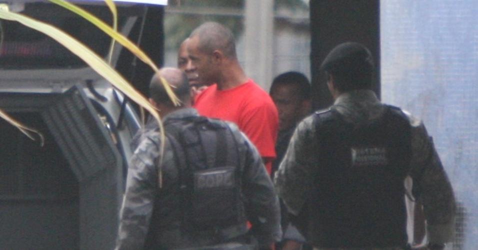 O goleiro Bruno aparece de cabelo raspado na Penitenciária Nelson Hungria, em Contagem (MG)