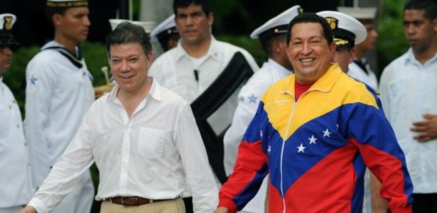 Juan Manuel Santos (esq.), presidente da Colômbia, e Hugo Chávez, presidente venezuelano