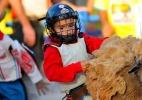 Crianças de 5 a 7 anos participam do Rodeio de Carneiros em Barretos