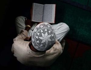 Mulçumano lê o Alcorão durante o mês sagrado do Ramadã, em Katmandu, no Nepal