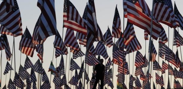 Homem caminha entre cerca de 3000 mil bandeiras posicionadas por estudantes e membros da Universidade Pepperdine, em Malibu, nos Estados Unidos, em memória das vítimas do atentado ocorrido em 11 de setembro de 2001, em Nova York