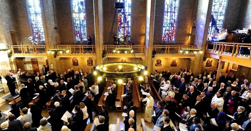 Fiéis acompanham missa celebrada pelo papa Bento 16 na capela da St Mary's University College, em Londres
