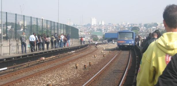 Foto enviada por internauta mostra passageiros do metrô andando ao lado dos trilhos após confusão, ocorrida em setembro; VEJA AS IMAGENS