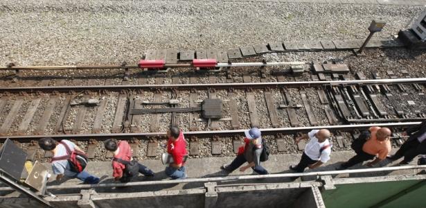 Após pane em 21 de setembro, passageiros caminham ao lado de trilhos; veja álbum de fotos