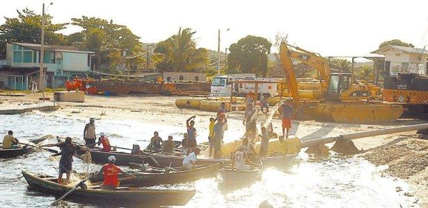 Pescadores protestam contra obras da Petrobras em Magé, no Rio de Janeiro (28.abr.2009)