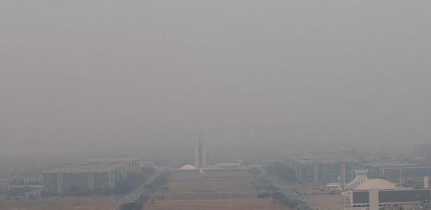 Névoa seca cobria a cidade Brasília no início da tarde de hoje, antes da chuva