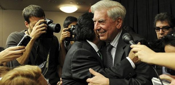Vargas Llosa recebe os parabéns em Nova York (EUA), após ganhar o Nobel de Literatura
