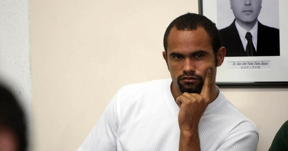 O goleiro Bruno Souza aguarda para prestar depoimento, no Fórum de Contagem, região metropolitana de Belo Horizonte