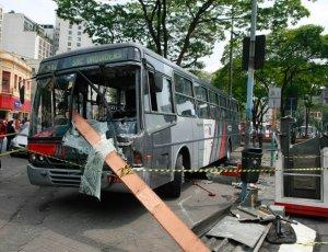 Ônibus intermunicipal que atropelou cinco pessoas no centro de SP; veja mais fotos no álbum do dia