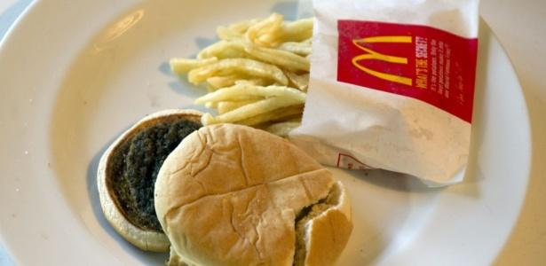 O hambúrguer com batatas fritas do McDonad's, comprado há seis meses, estaria praticamente idêntico