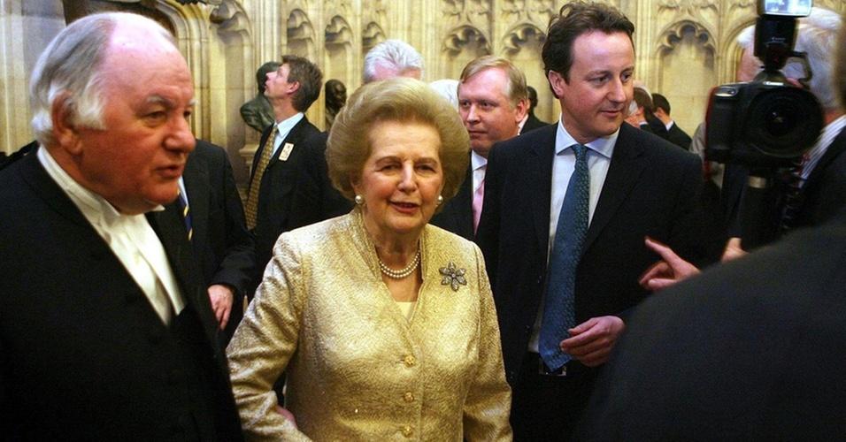 21.fev.2007 - A ex-primeira-ministra Margaret Thatcher, ao lado do então líder do Partido Conservador, David Cameron (dir.), e do porta-voz da Casa dos Comuns, Michael Martin, no Palácio de Westminster, em Londres