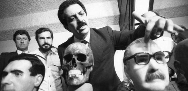 Em foto de 1986, o então delegado Romeu Tuma fala sobre um de seus principais trabalhos policiais: a descoberta da ossada de um dos mais procurados criminosos de guerra da Alemanha nazista, o médico Joseph Mengele