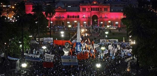 Multidão se reúne na Praça de Maio para homenagear o ex-presidente argentino Néstor Kirchner