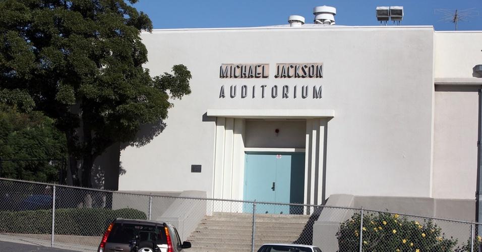 Fachada de escola na California em que Michael Jackson estudou