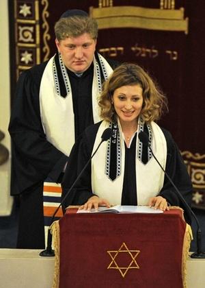 Alina Treiger, 31, originária da Ucrânia, tornou-se rabina durante cerimônia em Berlim, na Alemanha