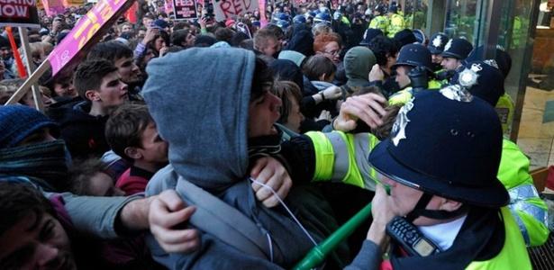 Policiais e manifestantes entram em confronto na sede do Partido Conservador em Londres