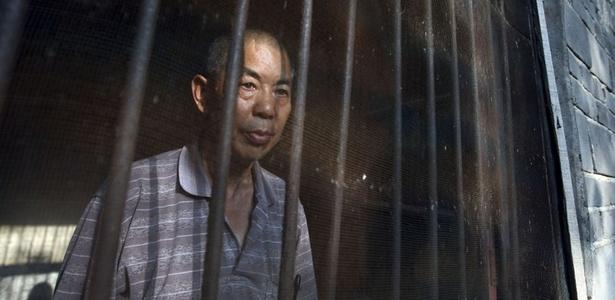 Lindong foi confinado num hospital psiquiátrico durante seis anos e meio após a apresentação de uma série de denúncias contra o governo local em uma disputa de terra. VEJA MAIS IMAGENS