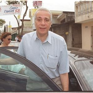 Celso Daniel nasceu em 16 de abril de 1951 em Santo André. Foi professor de economia e ciências sociais da FGV e PUC e participou da fundação do PT. Foi eleito prefeito de Santo André em 1989, 1997 e 2000, um ano antes de sua morte. Em 1994, elegeu-se deputado federal com 97 mil votos. Pouco antes de morrer, havia sido escolhido para coordenar a campanha Lula à Presidência. Era cotado para ser um dos ministros do primeiro escalão do governo de Lula.