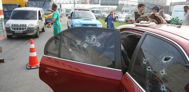 carro-e-atingido-por-tiros-em-rodovia-do-rio-de-janeiro-duas-pessoas-morrem-1290517925995_615x300.jpg