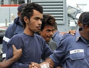 Dois dos três jovens que estavam à deriva no oceano Pacífico são escoltados em Fiji; MAIS FOTOS DO DIA