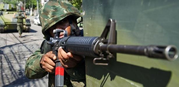 Militares do Exército reforçam operação no Complexo do Alemão, no Rio de Janeiro, em 26/11/2010