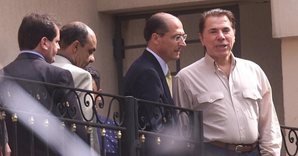 O governador Geraldo Alckmin acompanha o empresário Silvio Santos após sua libertação do sequestro, em 2001