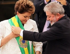No parlatório, ex-presidente Lula passa a faixa presidencial para Dilma Rousseff
