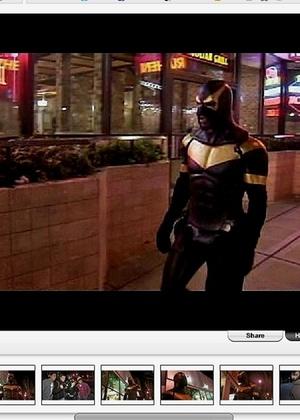 Phoenix Jones, um super-herói anônimo, ajuda a combater o crime em Washington