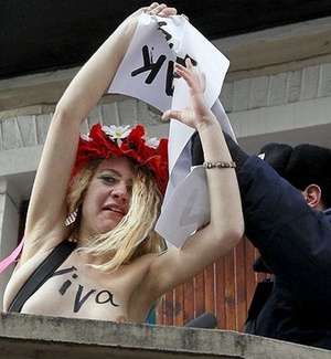 Ativista da organizao em defesa dos direitos da mulher Femen protesta contra Mubarak