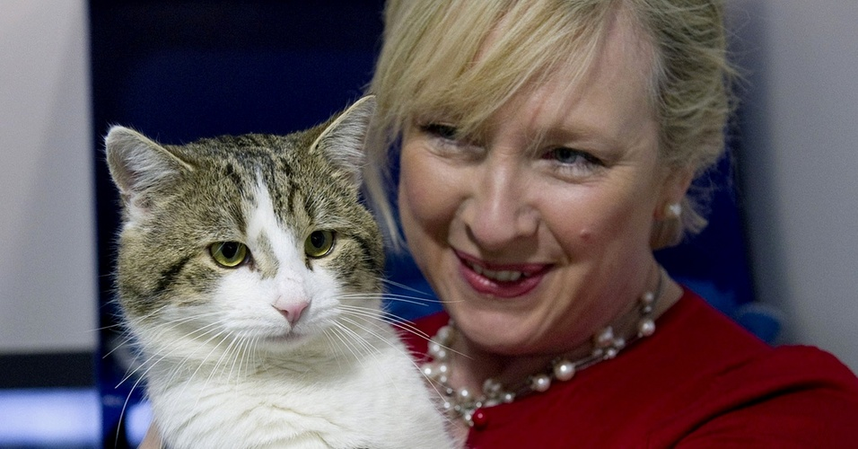 Claire Horton, presidente da Battersea Dogs and Cats Home, em Londres, segura o gato Larry antes dele ser entregue &#224; resid&#234;ncia oficial do governo brit&#226;nico