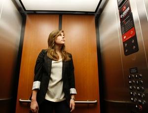 Alison Sadock pega o elevador a caminho do trabalho em uma fundação pública que ajuda crianças doentes