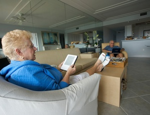 Wilma Sanders (esq.), com seu Kindle, e Harold Roth, com um laptop, na Ilha Marco, na Flórida